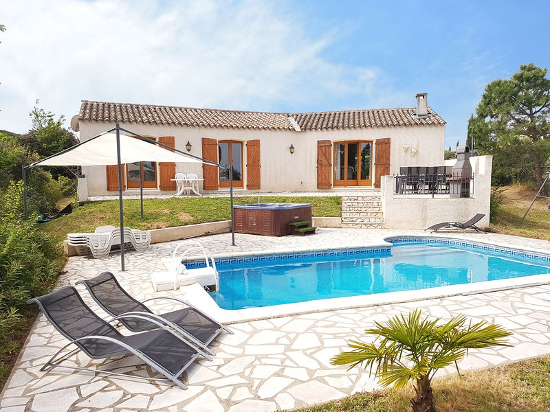 Spacious villa with swimming pool, jacuzzi, trampoline, swing, view, 500m bakery, holiday rental in Escales