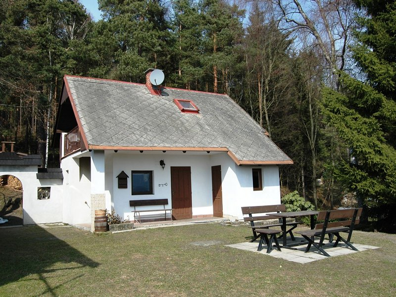 Cosy, small holiday home at the edge of the forest with a magnificent view, holiday rental in Lisny