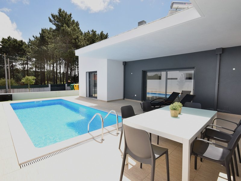 Modern villa with private pool, near the beautiful beach of Foz de Arelho, holiday rental in Cidade