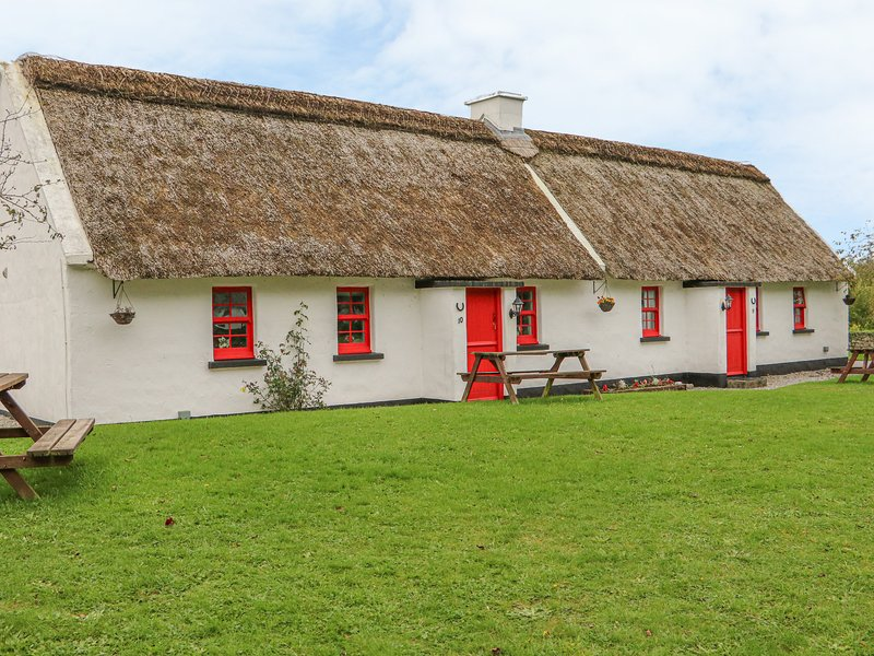 NO. 10 TIPPERARY THATCHED COTTAGE, semi-detached, garden with private seating, vacation rental in Garrykennedy