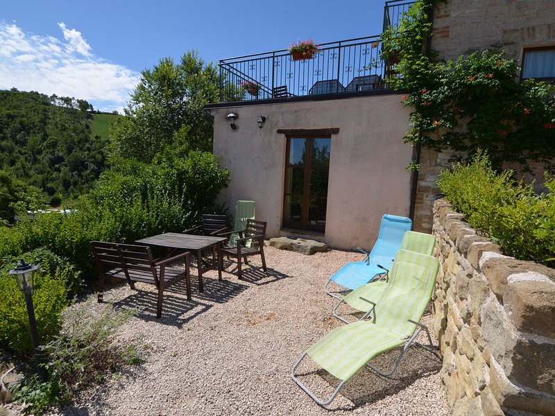 Apartment in restored farmhouse, beautiful views over the hills and pool, holiday rental in Serra Sant'Abbondio