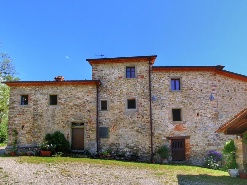 Rustic farmhouse with fishing lake, beautiful view, peace, quiet and nature, Ferienwohnung in Lippiano