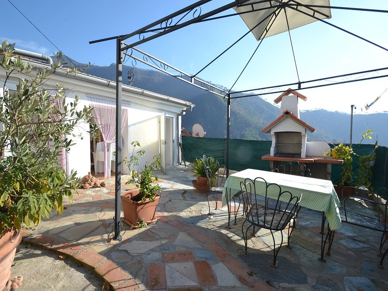 Modern Holiday Home in Montignoso with Terrace, location de vacances à San Carlo Terme