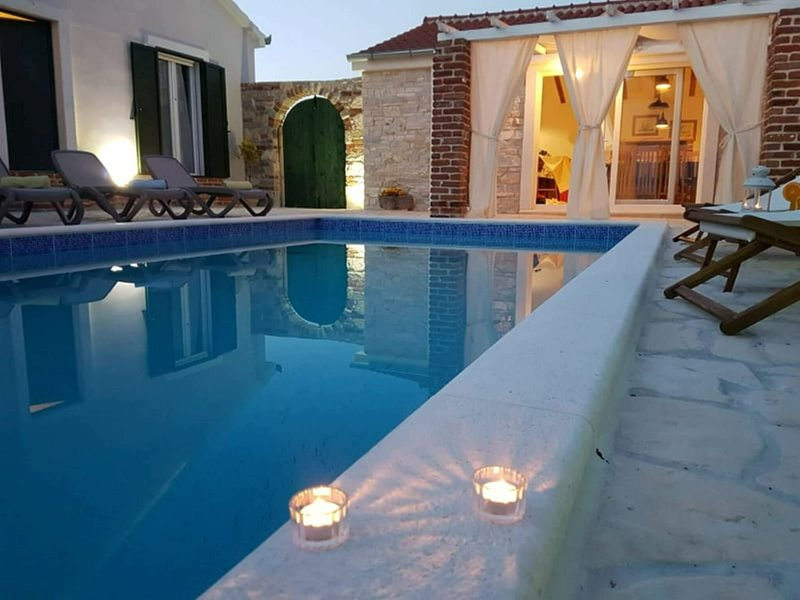 Charming villa with private pool and nice covered terrace, 3 rooms and bathrooms, vacation rental in Pridraga