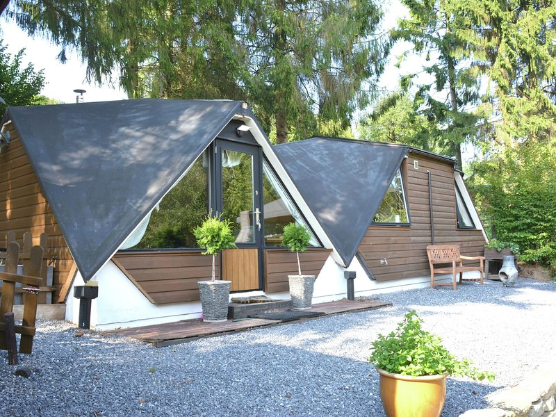 Unusual chalet in the woods, very comfortable, nice covered terrace, quiet, location de vacances à Hamois