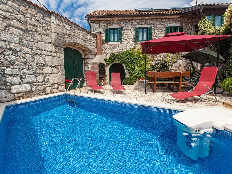 Vintage holiday home with swimming pool in Grizane, holiday rental in Kamenjak