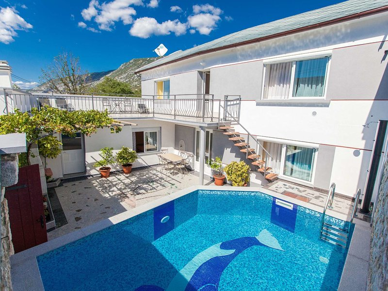 Adorable holiday home with private pool and great terrace !, aluguéis de temporada em Tribalj