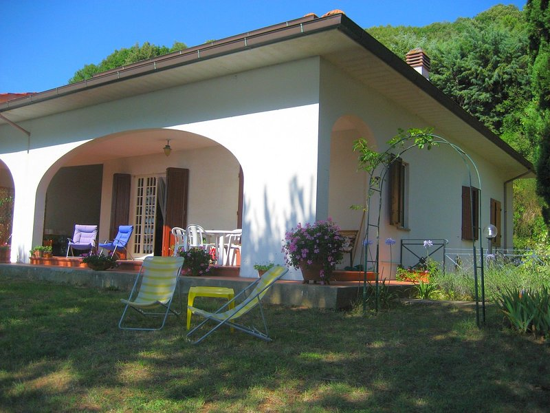 A vacation of sightseeing but also peace among the lovely Tuscan hills, location de vacances à Castellina Marittima