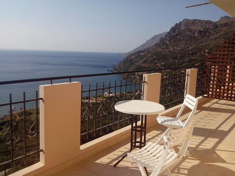 Seaview Studio, 3 pers. panoramic seaview in beautiful setting, west from Chania, location de vacances à Ravdoucha