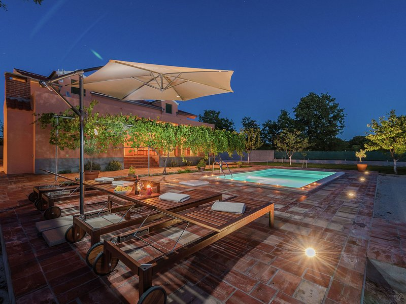 Charming holiday home with private pool, covered terrace, BBQ, volleyball court, vacation rental in Galovac