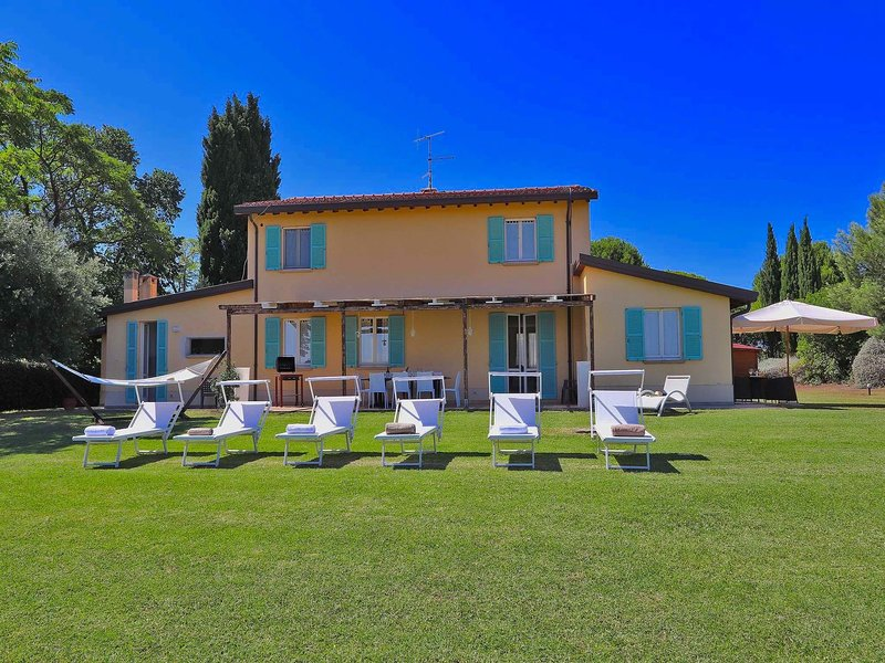 Modern Villa offering Sea View from Lush Garden near Pesaro, location de vacances à Carignano