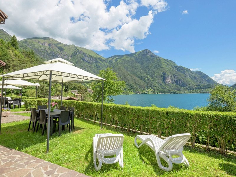 Holiday apartment at ca. 50 meters from Lake Ledro, vakantiewoning in Tiarno di Sotto