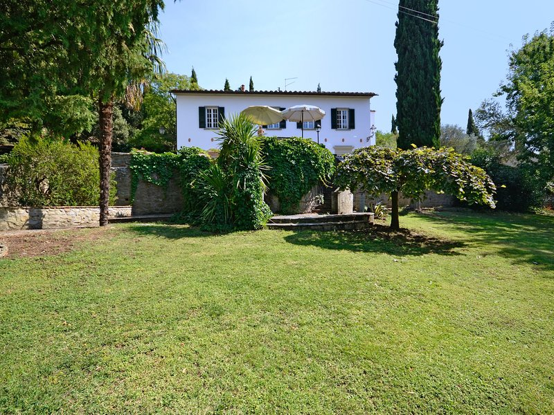 Cozy Villa in Cortona amid Tuscan Hills with Pool, holiday rental in Montalla