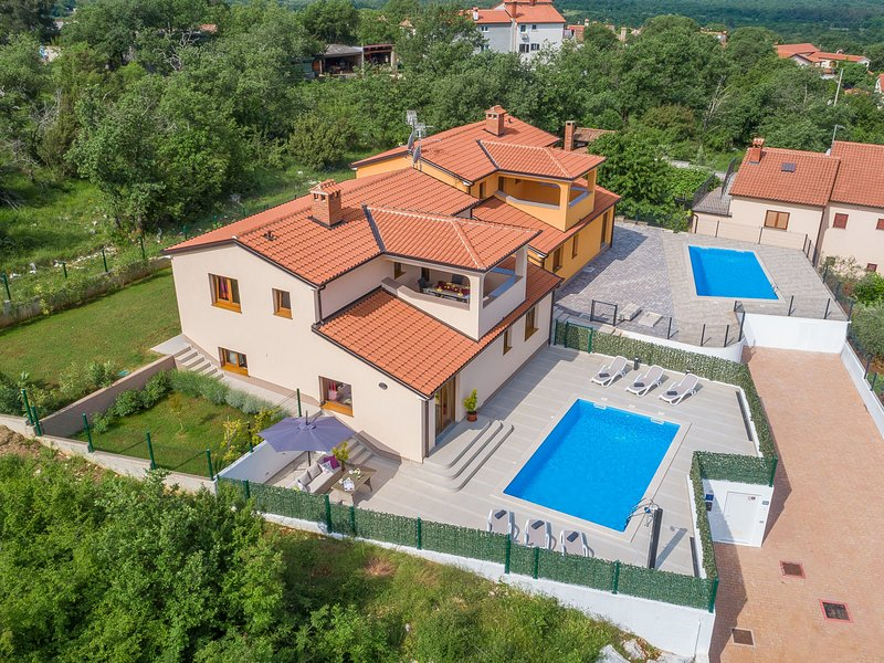 Modern furnished three bedrooms villa with private pool and garden, alquiler vacacional en Zbandaj