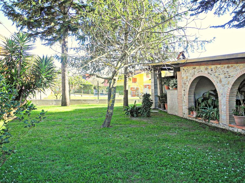 With a private garden, a few km from the beaches of Versilia, Tuscany coast, holiday rental in Massarosa