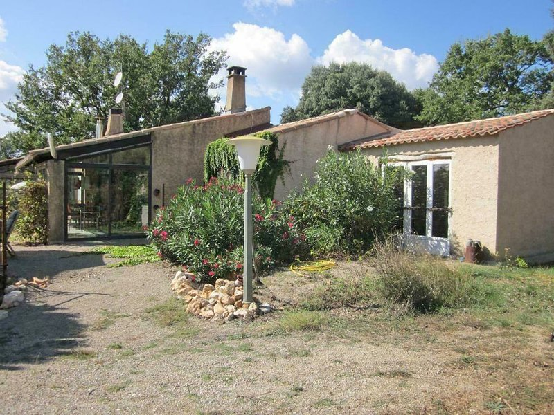 Country house on large private domain with own swimming pool and panoramic view, location de vacances à Saint-Laurent du Verdon