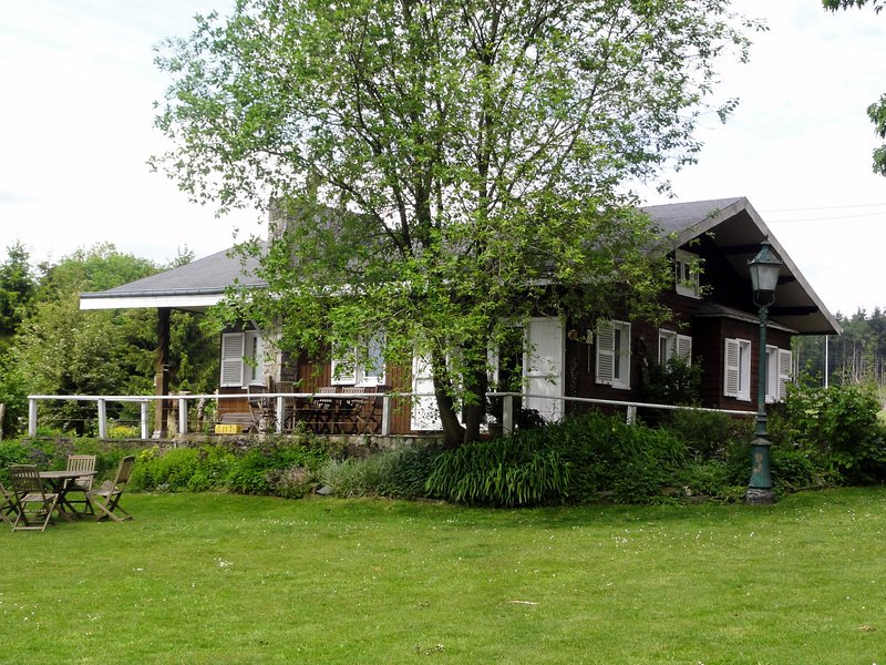 Peaceful situated Chalet somewhat away from the road, holiday rental in Resteigne