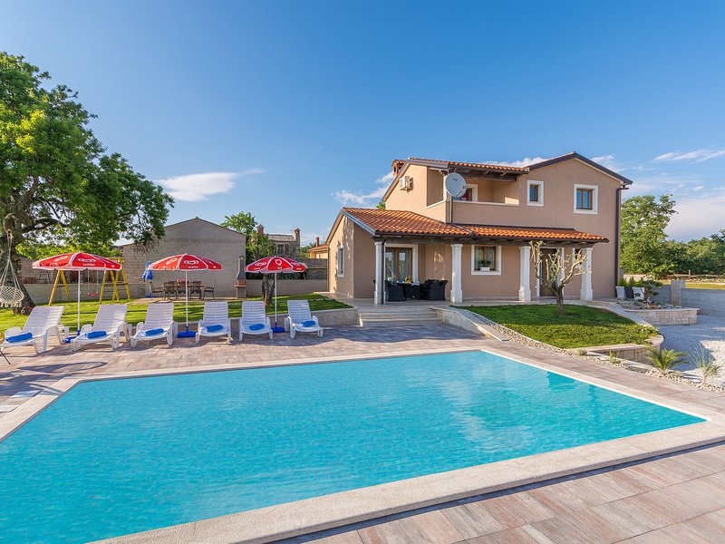 Newly built holiday house with pool and garden ,on a quiet location near Tinjan, casa vacanza a Tinjan