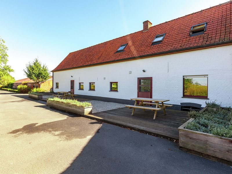 Welcoming Farmhouse with Fenced Garden near Lake in Vleteren, vacation rental in Watou
