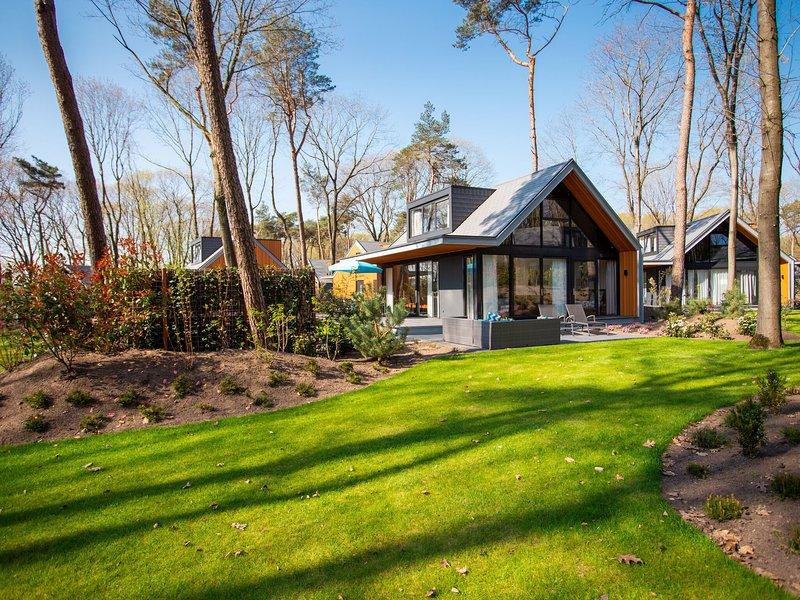 Modern, luxurious villa with jacuzzi, close to De Veluwe, casa vacanza a Lunteren