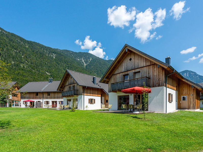 Cosy luxury chalet in Obertraun, with swimming pool, holiday rental in Altaussee