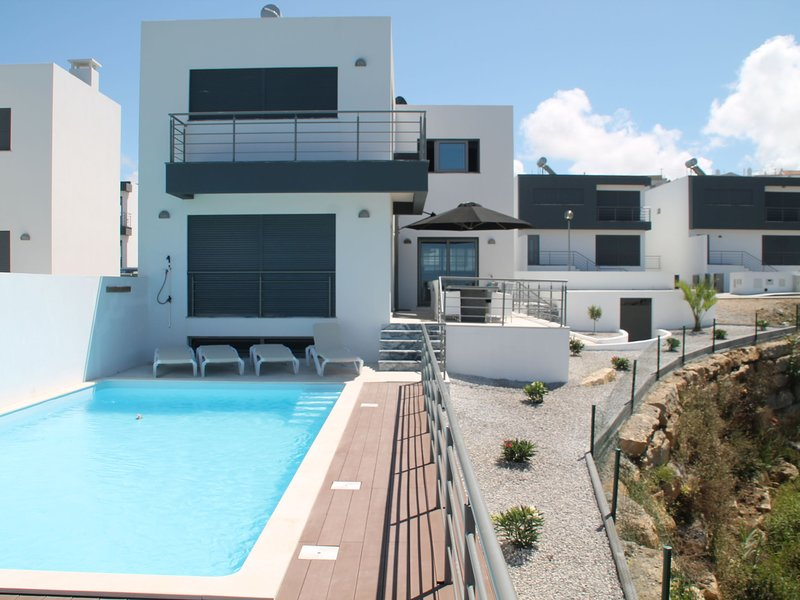 Super luxury villa with a private pool and game room, about 400 m from the ocean, vacation rental in Seixal