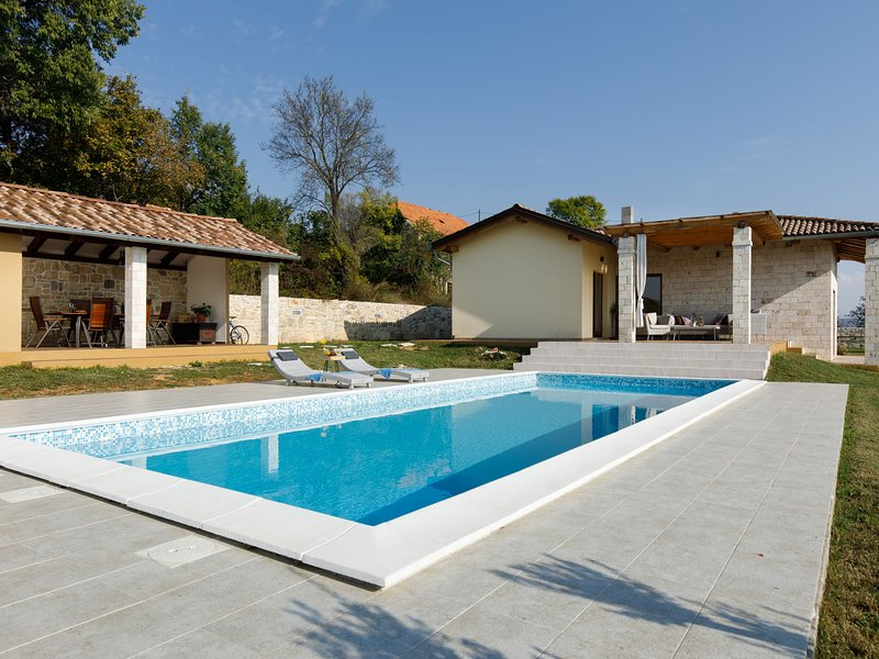 Charming villa with private pool, garden, great roofed terrace, outdoor kitchen, vacation rental in Drnis