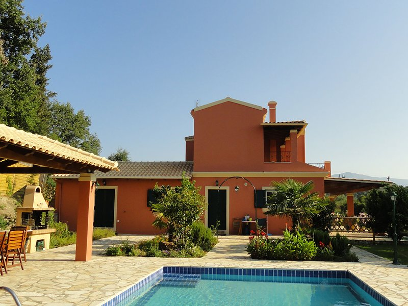 Nice house with pool and outside space, next to 2 lakes of the National Park, location de vacances à Temploni