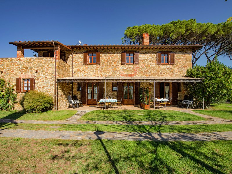 Stone country hous ein Umbria with lush green views, holiday rental in Citta della Pieve