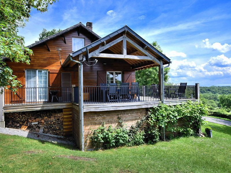 Cozy and luxurious chalet with sauna, jacuzzi, large garden and covered terrace, vacation rental in Clavier