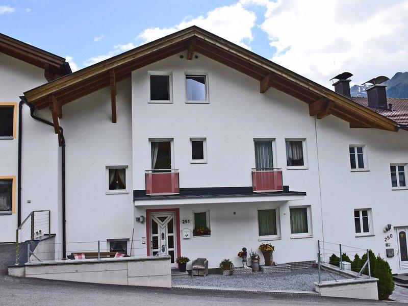 Lush Apartment in Strengen near St. Anton am Arlberg, location de vacances à Strengen