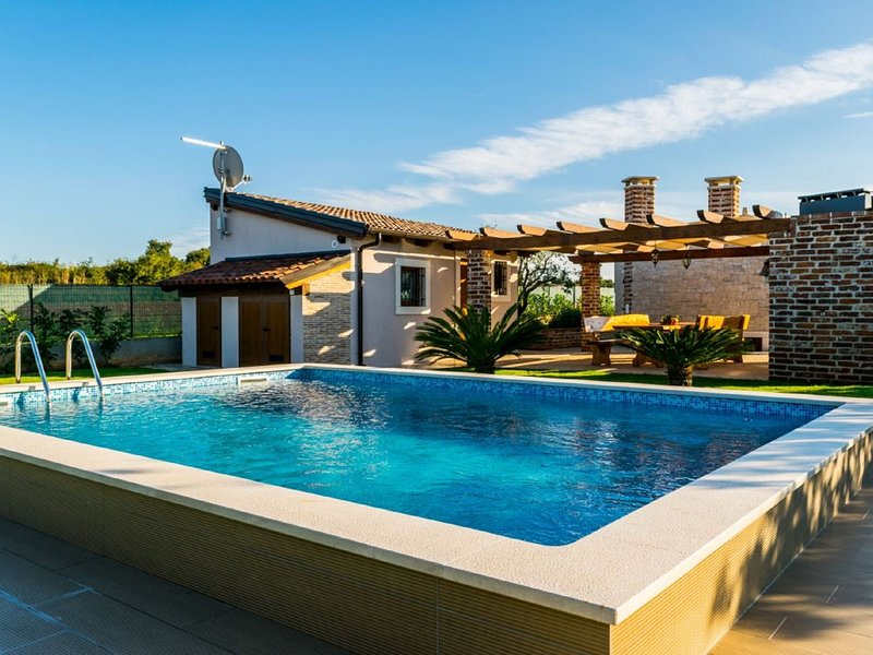 Lovely house with private swimming pool, guesthouse and comfortable terrace, location de vacances à Stinjan