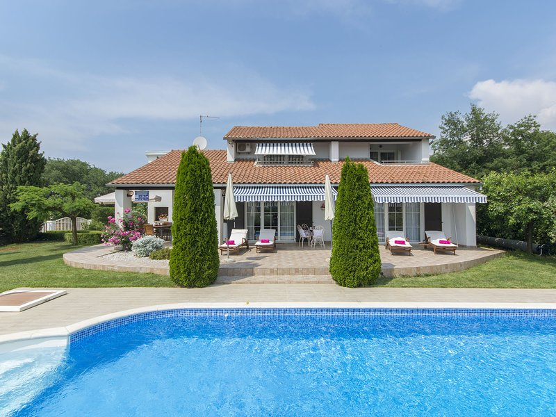 Beautiful villa with a large pool and wonderful garden for your dream vacation, holiday rental in Nova Vas