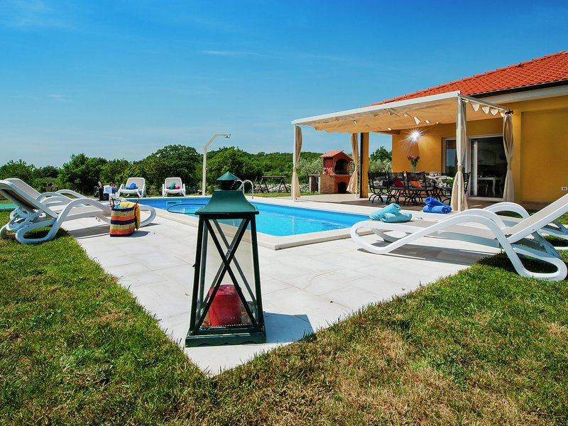 Luxury villa with private pool and peaceful location just 9 km from Rovinj., holiday rental in Matohanci