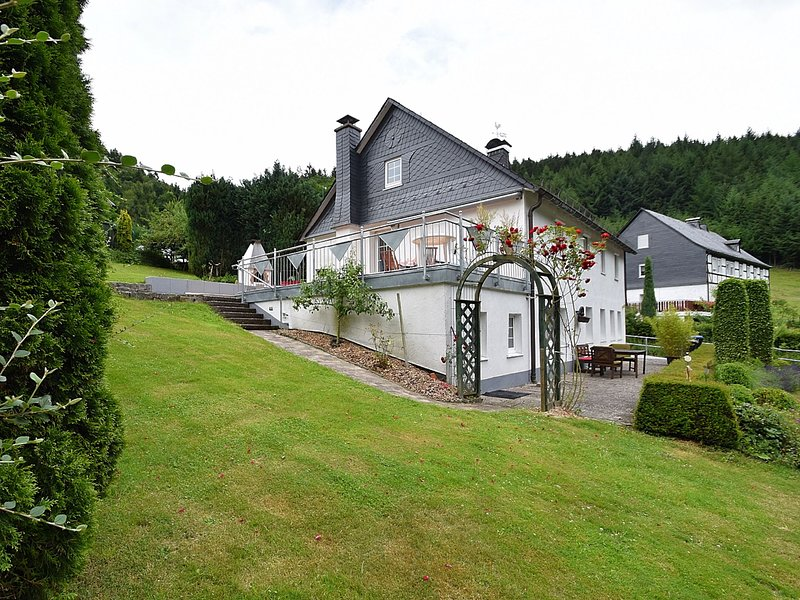Detached holiday home with open fireplace and large garden with terrace, alquiler vacacional en Kirchrarbach