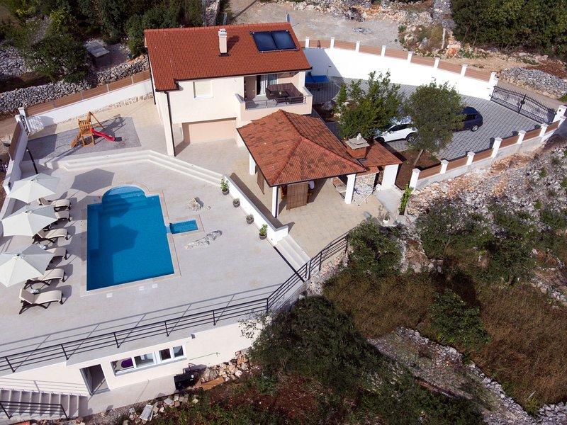 Brand new countryside villa with heated pool, 30 min from the coast, casa vacanza a Ugljane