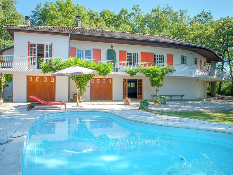 Lavish Villa in Montmaurin with a Swimming Pool, casa vacanza a Boulogne sur Gesse