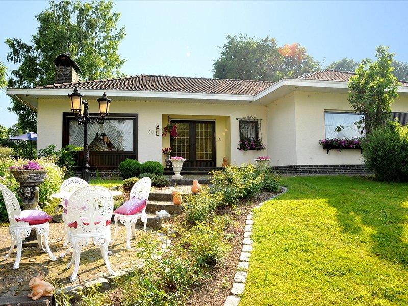 Beautiful villa with fitness, sauna, solarium, jacuzzi and massage showers, holiday rental in Wirtzfeld