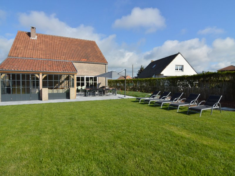 Detached holiday home with jacuzzi, sauna, plenty of privacy, walking distance f, location de vacances à Middelkerke