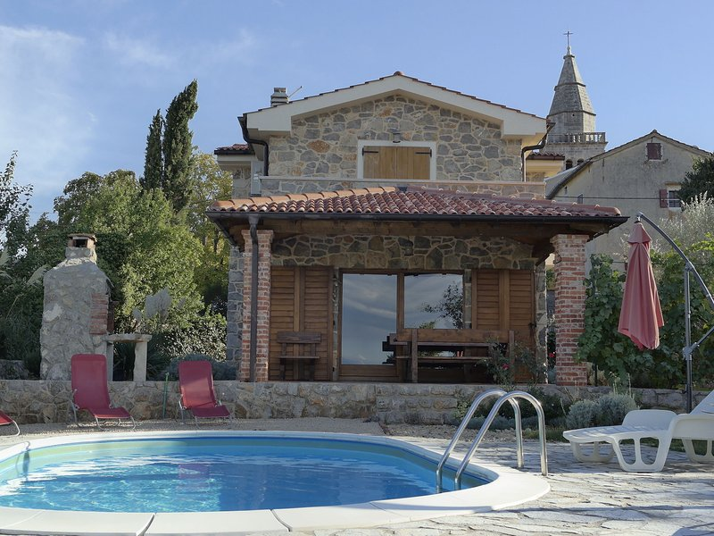 Luxurious Holiday Home with Pool in Poljica, aluguéis de temporada em Nenadici