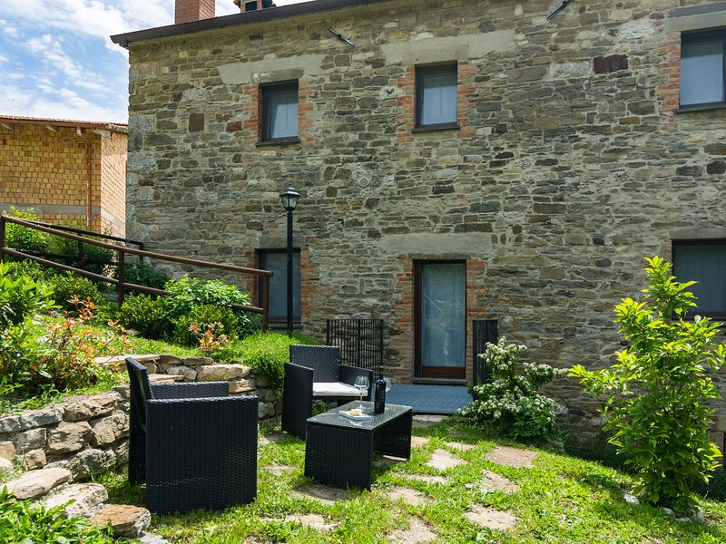 Lovely Farmhouse in Mercatello sul Metauro with Pool, vacation rental in Belforte all'Isauro