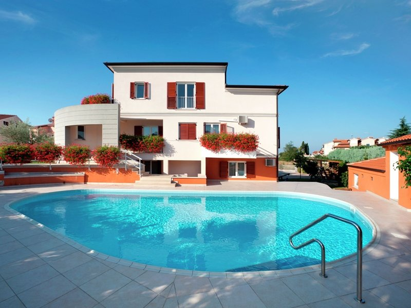 Modern apartment for 2-4 persons in familily house with shared pool, location de vacances à Mali Maj