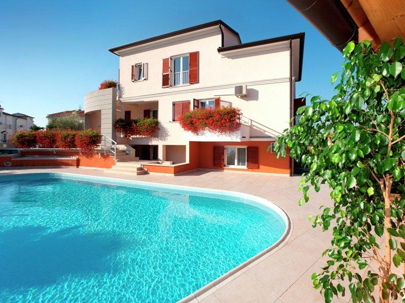 Modern Apartment with Pool in Porec Croatia, location de vacances à Mali Maj