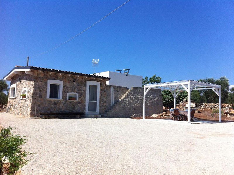 Elegant detached Trullo with garden and terrace overlooking the sea!, location de vacances à Posto Rosso