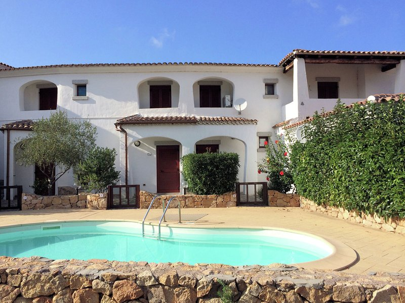 Nice apartment with private garden and pool near the sea, vacation rental in Berchiddeddu