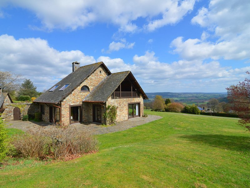 Villa with 5 bedrooms and 4 bathrooms with a beautiful view on the Ardennes, holiday rental in Malempre