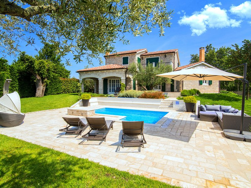 Luxury villa with private swimming pool and summer kitchen in quiet Baderna near, aluguéis de temporada em Fabci