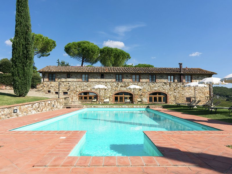 Restored farmhouse with two pools and a BBQ for pleasant summer evenings, location de vacances à Badia a Passignano