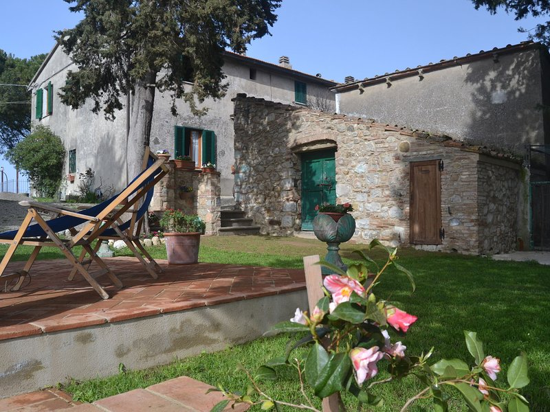 Cosy house in the Chianni countryside, with garden and panoramic view!, vacation rental in Chianni
