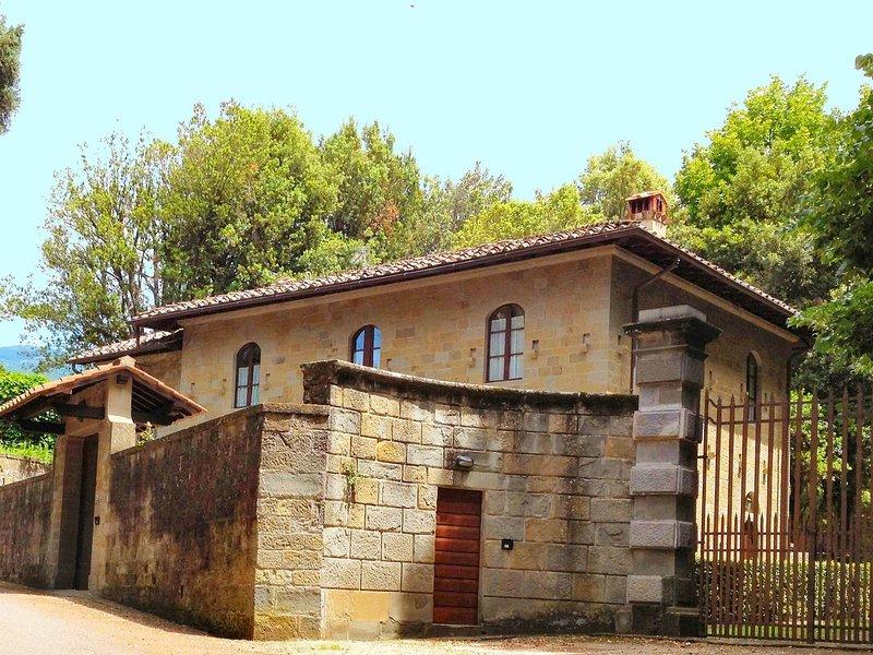 House with ancient history in quiet location, alquiler vacacional en San Donato Fronzano